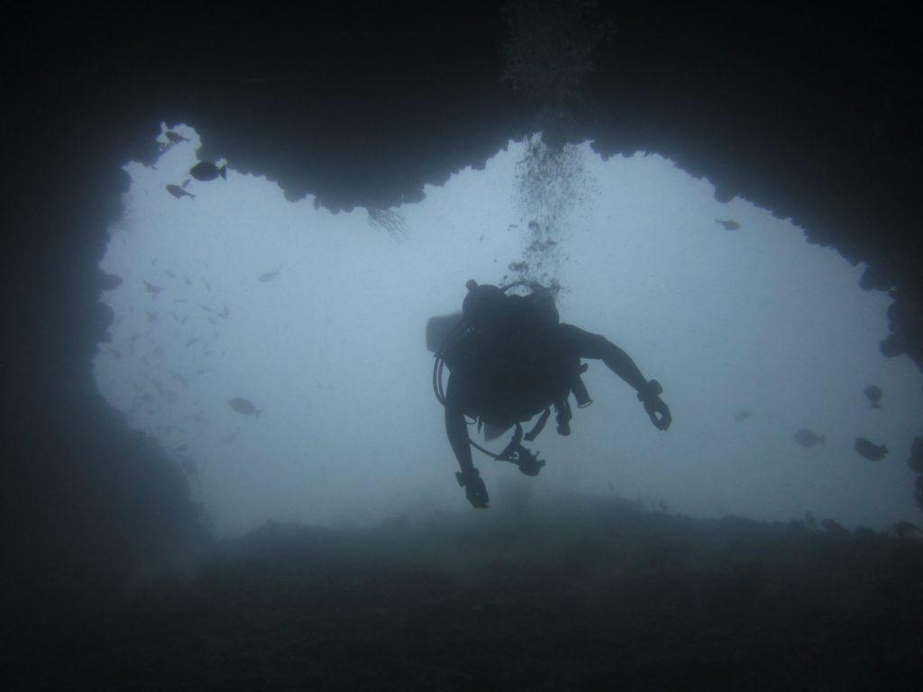 ドクマイ島の洞窟!