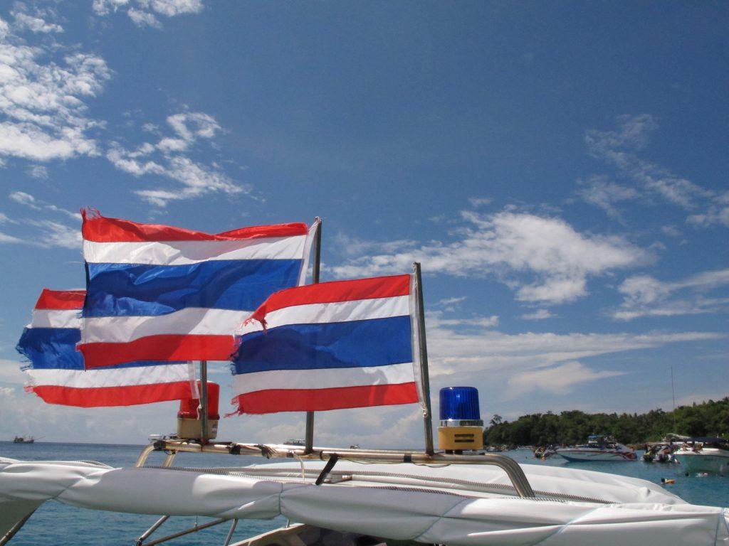 タイの国旗と青空と。プーケット・ラチャヤイ島