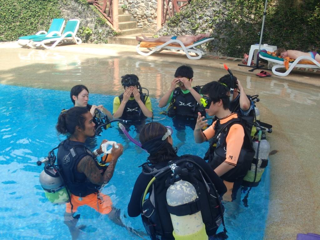 体験ダイビングのスキル練習はプールで!カタビーチ・プーケット